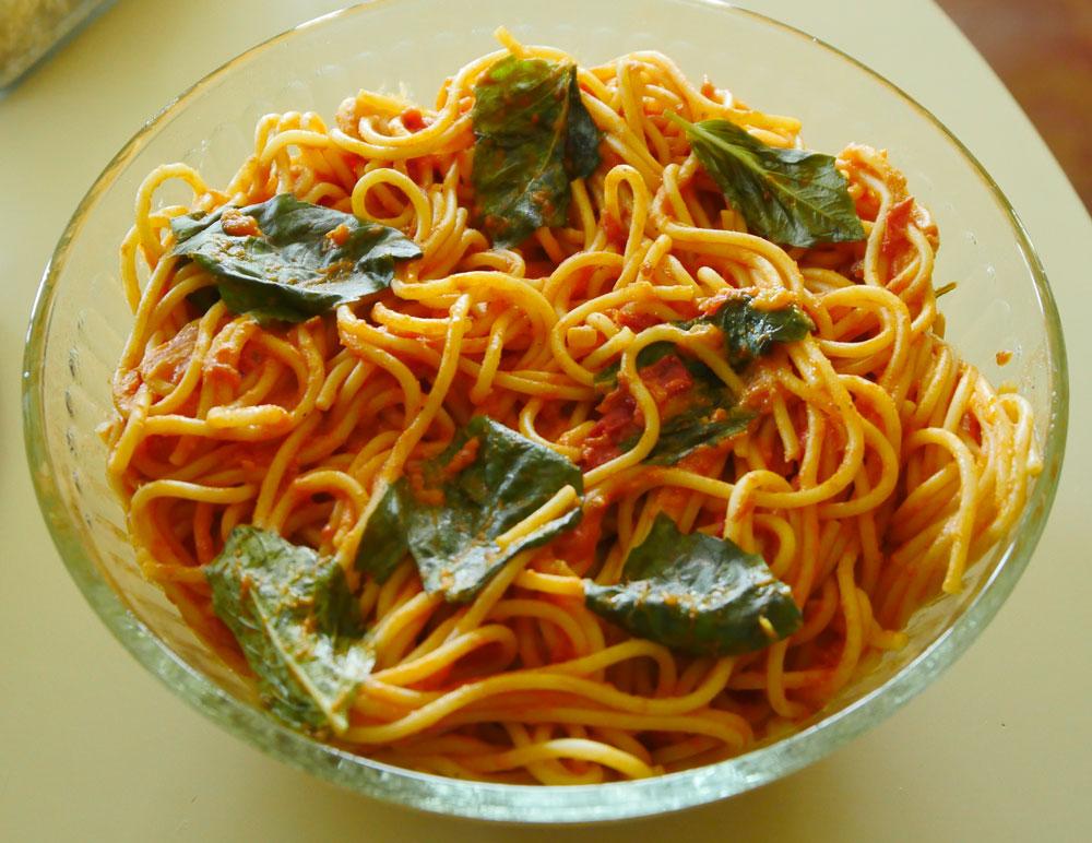 Spaghetti with basil and cashew cream